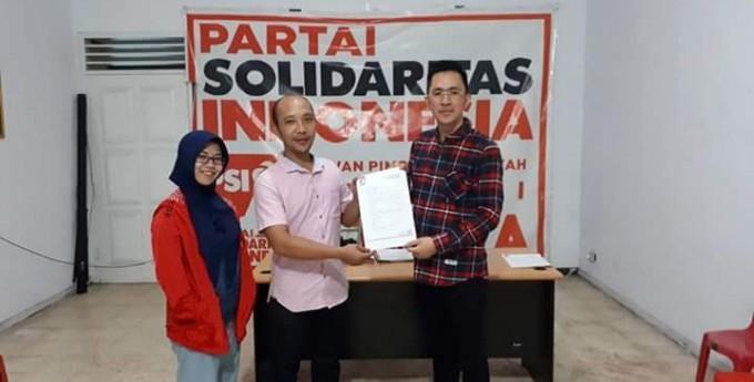 Rocky Oroh saat mengambil formolir pendaftaran calon legislatif PSI