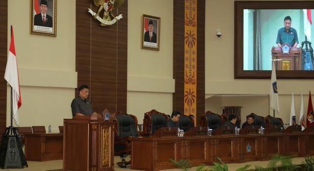 Olly Dondokambey saat membacakan LKPJ tahun 2017 di rapat paripurna DPRD Sulut