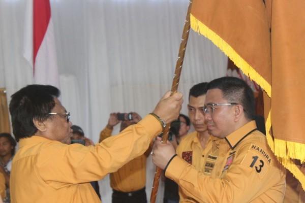 Penyerahan Pataka Ketum DPP Hanura OSO ke Ketua DPD Sulut Jackson Kumaat.