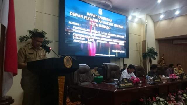Sekertaris DPRD Manado, Michael Tandirureng membacakan surat-surat yang masuk dari fraksi.