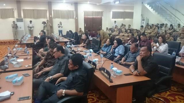Pimpinan serta anggota DPRD sedang mendengarkan penyampaian dari Wali Kota Manado, Vicky Lumentut