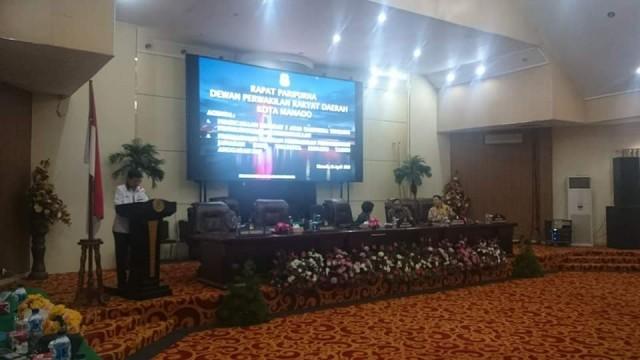 Wali kota Manado, Vicky Lumentut sedang membacakan sambutan