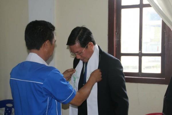 Pnt Vicky Lumentut saat pemasangan stola khadim ibadah di jemaat GMIM Atep Langowan.