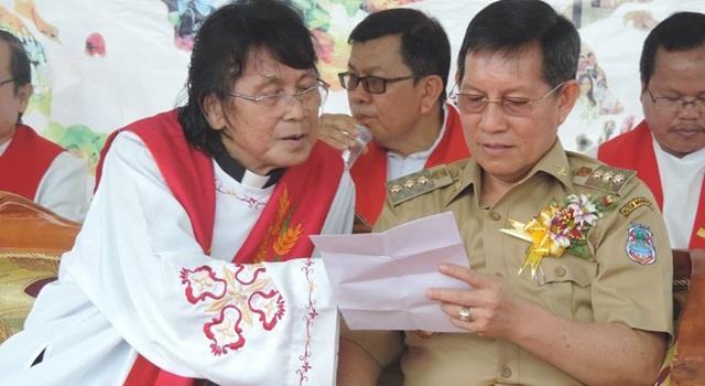 Pastor Fred Tawalujan bersama Wali Kota Manado GS Vicky Lumentut dalam sebuah acara.(Foto:IST)