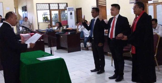 Kepala BPN Minut Sammy Dondokambey ST mengambil sumpah jabatan kepada Camat Wori Edwar Tamamilang SE dan Camat Kema Richard Dondokambey SSTP.