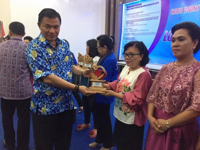 Asisten I Pemkot Bitung menyerahak hadiah kepada Ketua BPS KGPM Anugerah Malalayang