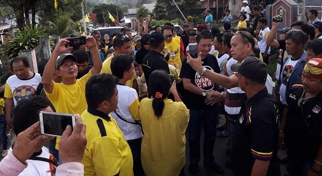 Ivan Sarundajang saat tiba di Desa Sea disambut ratusan pendukung.(Foto:IST)
