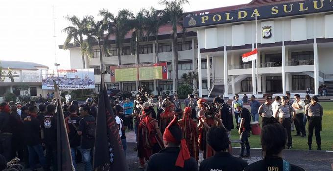 Aksi demonstrasi damai di Polda Sulut