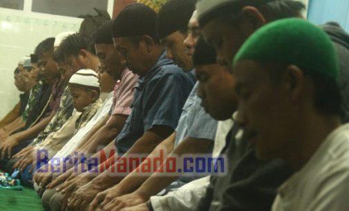Sambut Bulan Puasa, Umat Islam Langowan Sholat Tarawih Berjamaah