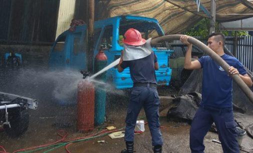 Bengkel Depan Suzuki Bitung Nyaris Dilalap Api