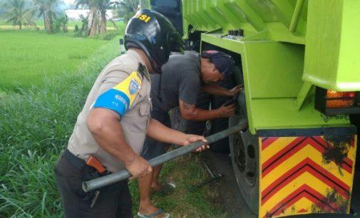 Empat Anggota Polsek Tenga Lakukan Hal Ini Saat Patroli
