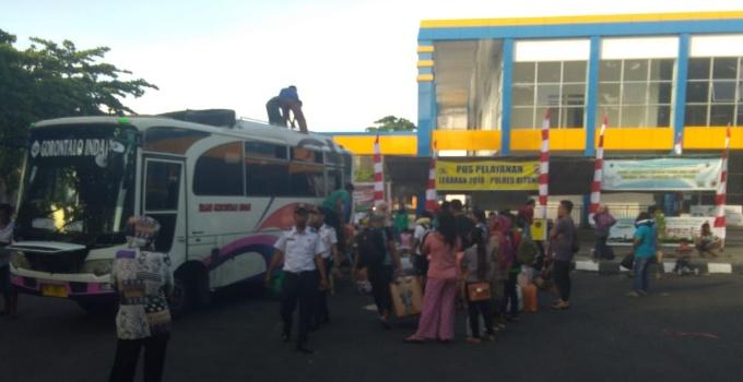 Sejumlah penumpang mudik Lebaran sementara bersiap untuk diberangkatkan