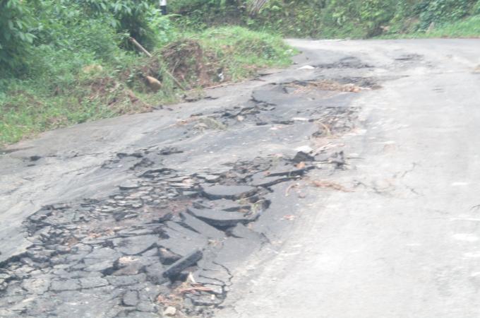 Ruas Rumengkor-Suluan rusak parah dihantam arus air ketika hujan deras hanya beberapa jam waktu lalu