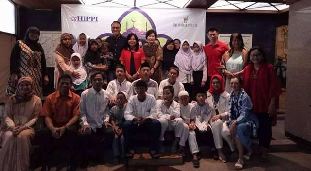 Ketua Umum DPP HIPPI, Suryani Motik bersama para pengurus dan anggota HIPPI serta para anak yatim dan dhuafa (Dok Perwira Management)