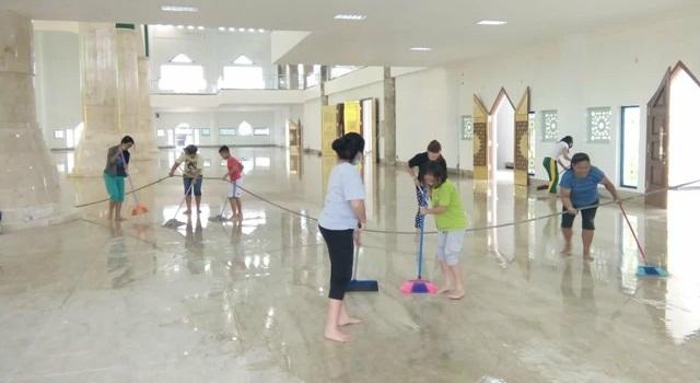 Ibu-ibu ambil bagian bersih-bersih di bagian dalam masjid. (Foto:IST)
