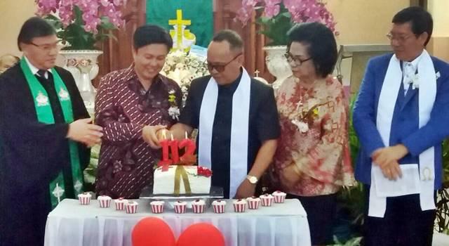Pemasangan lilin HUT ke-112 Jemaat GMIM Kalvari Pineleng