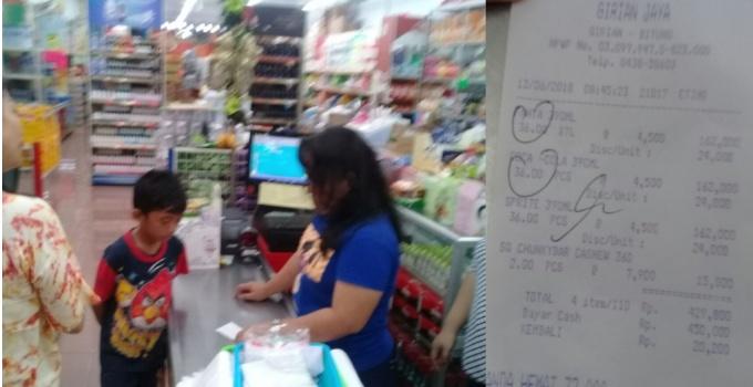 Suasana saat salah satu pembeli meminta klarifikasi soal struk belanja yang membengkak kepada kasir Toko Girian Jaya