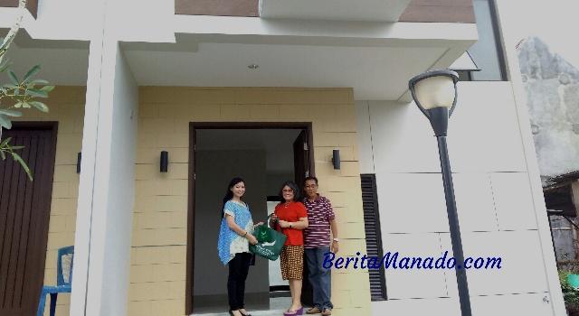 Serah terima unit rumah dari Regional Head Lippo Group Manado Diana Kawatu kepada Sandra T
