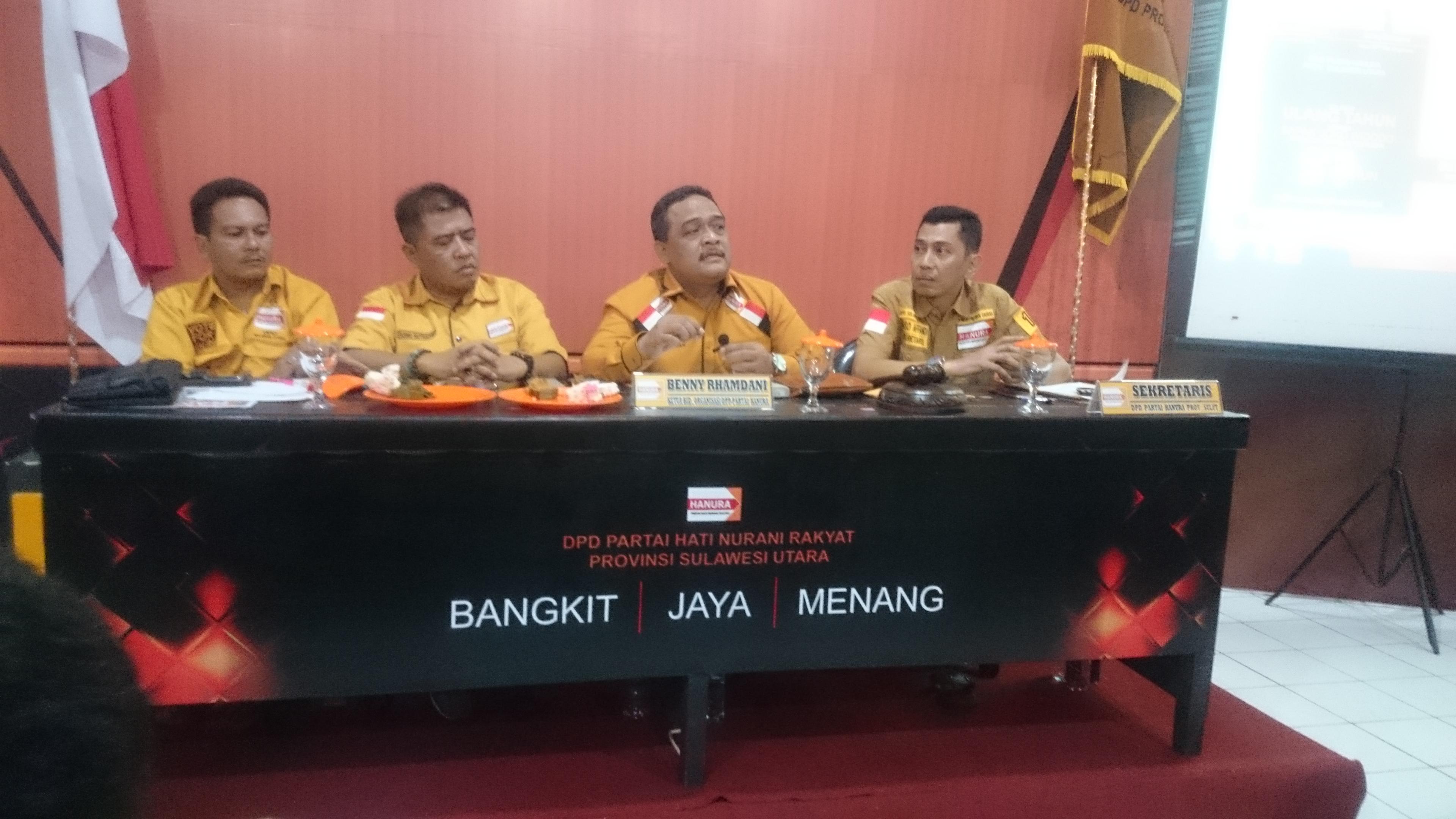 Benny Ramdhani saat mewakili DPP Hanura menggelar konferensi pers dan didampingi pengurus DPD Hanura Sulut