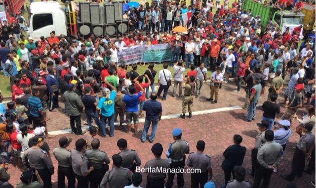 Suasana Demo Damai pelaku usaha Pajeko di Kantor Gubernur Sulut, Senin (23/7/2018)