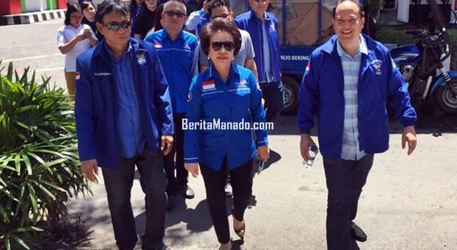 Nortje Van Bone berjalan kaki ke kantor KPU Manado
