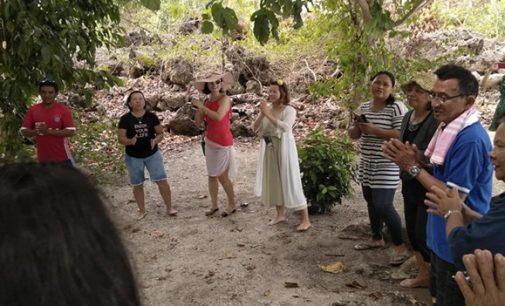 Dikira Arena Fun Games, Dua Turis China Ikut Bernyanyi di Ibadah Pantai