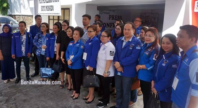Pengurus dan Bacaleg Partai Demokrat Manado usai pendaftaran di Kantor KPU Manado