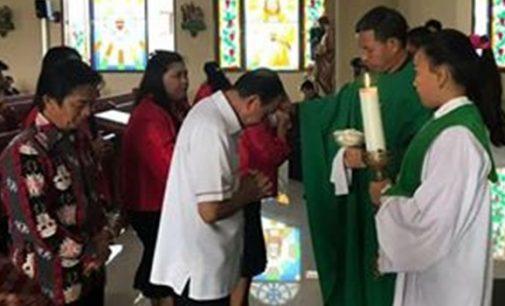 Ikut Misa di Gereja Katolik Sonder, ROYKE RORING Dua Kali Terima Berkat