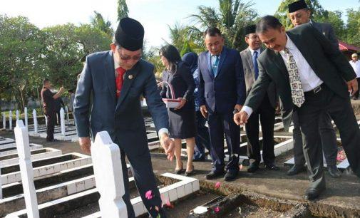 VICKY LUMENTUT Pimpin Upacara Ziarah dan Tabur Bunga di Taman Makam Pahlawan