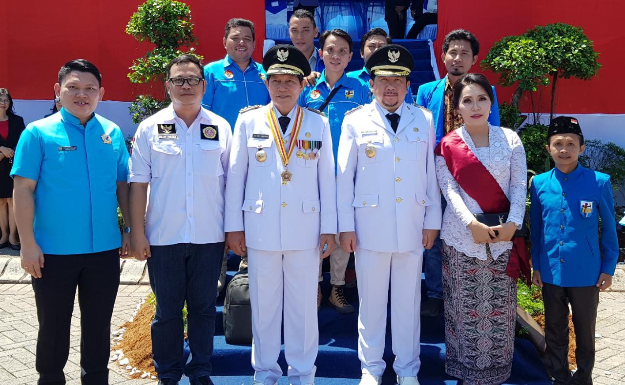 KNPI Manado foto bersama Wali Kota Manado, Vicky Lumentut dan Wakil, Mor Dominus Bastiaan usai upacara HUT Ke-73 RI