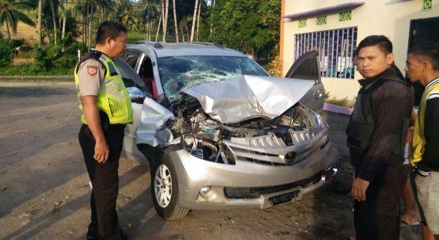 Mobil yang Mengalami Kecelakaan di jalan Trans Sulawesi