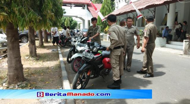 Sejumlah anggota PolPP Minsel Saat Mengamankan Kendaraan Yang Parkir Sembarangan