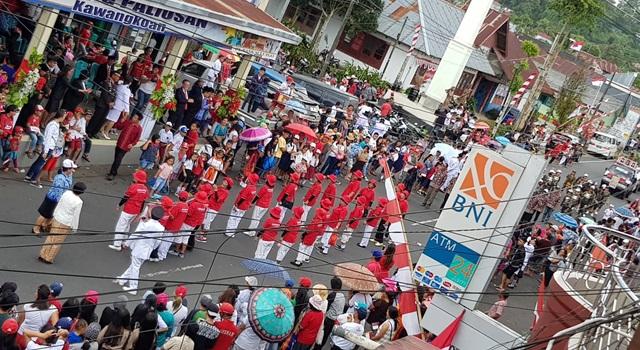 Suasana Pusat Kota Kawangkoan pada kemeriahan HUT Proklamasi Kemerdekaan RI