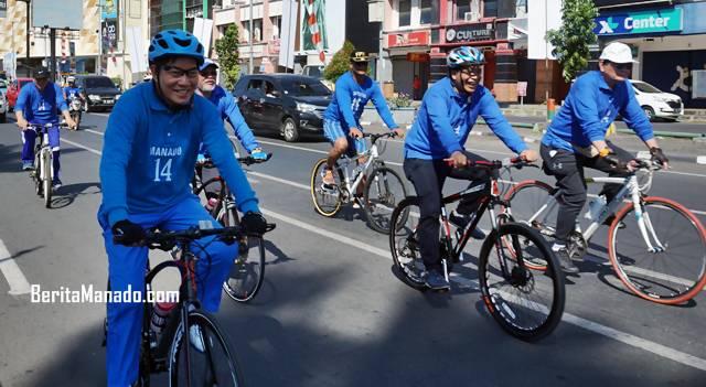 Vicky Lumentut bersepeda melintasi Boulevard