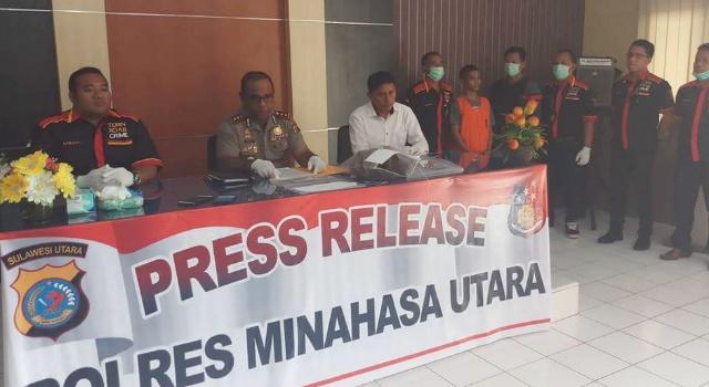 Kapolres Minut AKBP Alfaris Pattiwael SIK MH memberi keterangan pers.