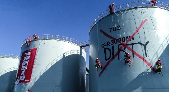 Aktivis Greenpeace ketika menduduki kilang minyak PT MNS