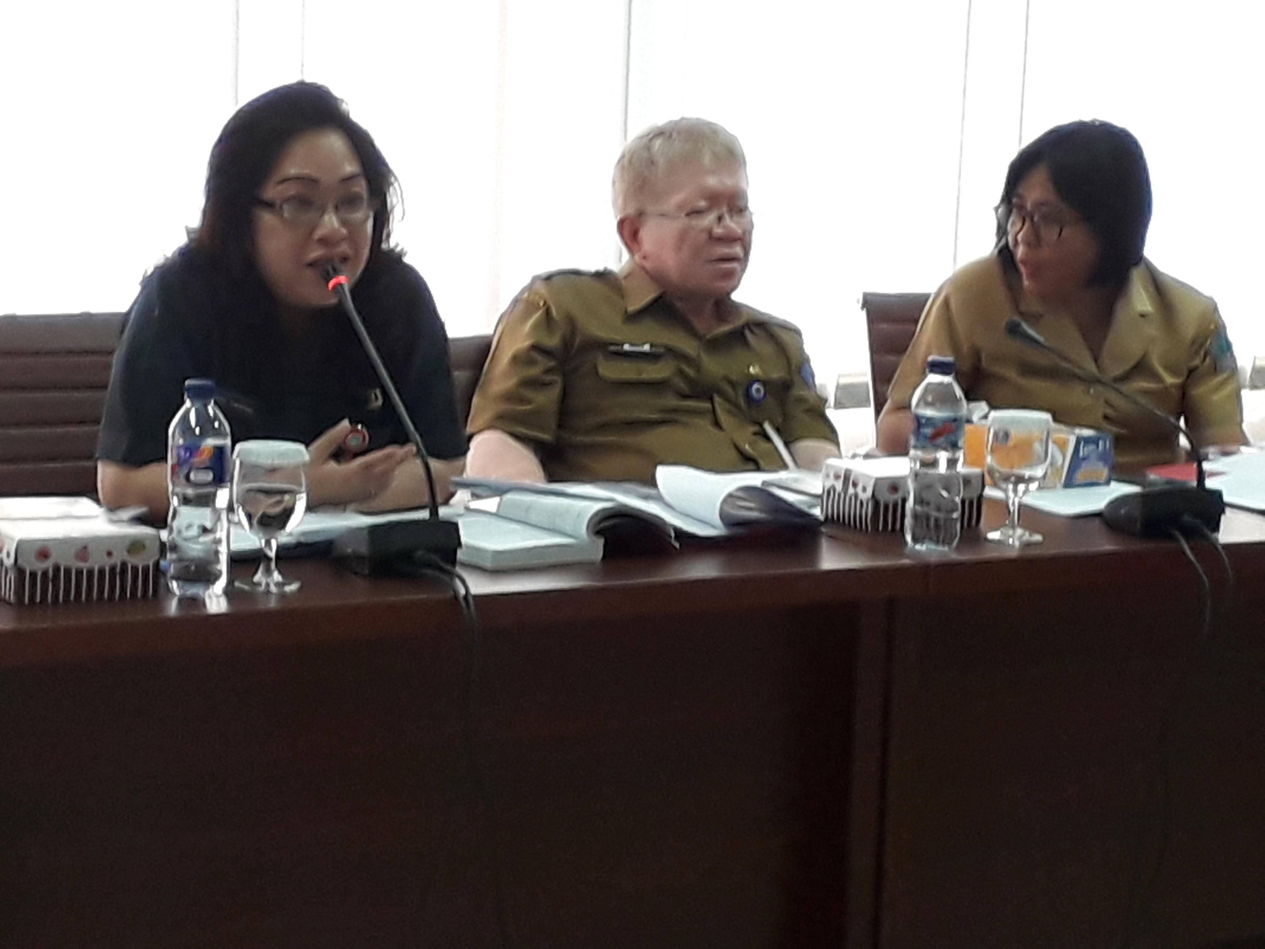 dr. Rinny Tamuntuan menjelaskan pada rapat pembahasan Ranperda