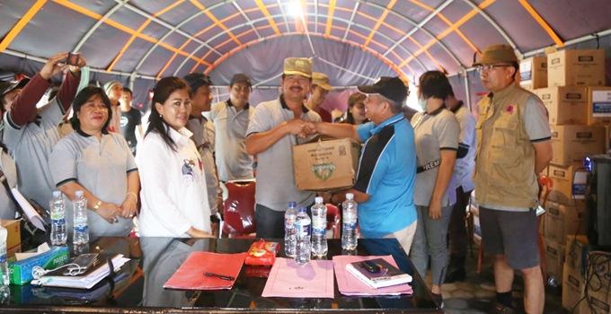 Asisten I Pemkab Mitra Drs Gotlieb Mamahit menyerahkan bantuan kepada Pemkab Sigi