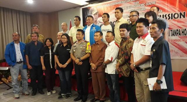 Foto bersama narasumber dan peserta FGD usai diskusi
