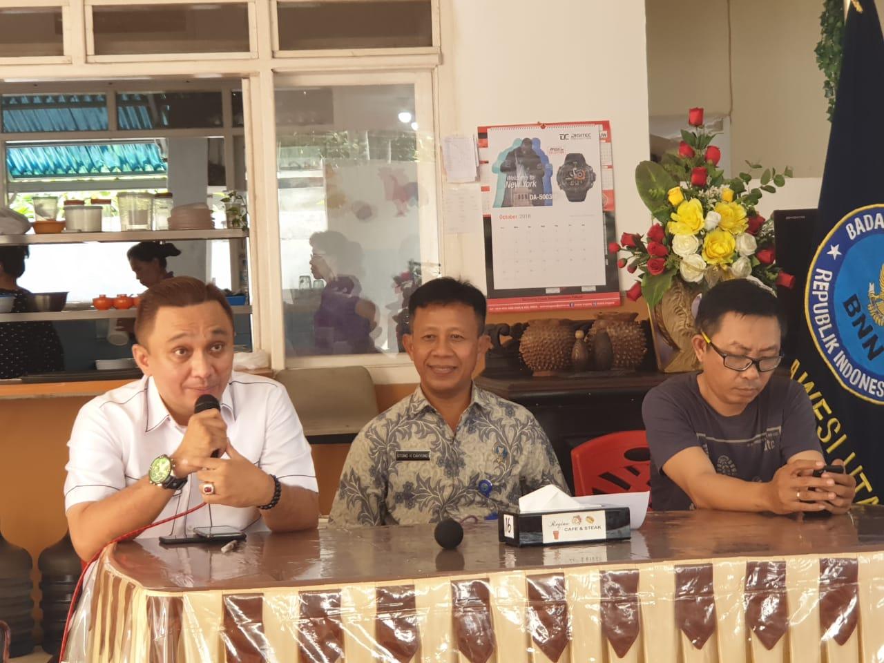 Ketua IWO Sulut Victor Rarung bersama Kepala BNN menjadi narasumber pada suatu acara