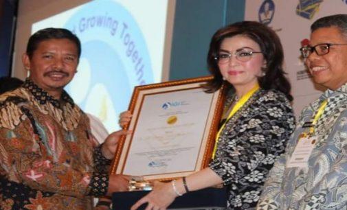Ciptakan Tenaga Pengajar Profesional, Bupati Tetty Paruntu Terima Penghargaan 'Anugerah Pendidikan'