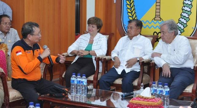 Kepala BNPB Willem Rampangilei menjelaskan kondisi Sulawesi Tengah saat ini kepada Sekjen PBB Antonio Guterres, Wapres Jusuf Kalla dan CEO Bank Dunia Kristalina Georgieva.