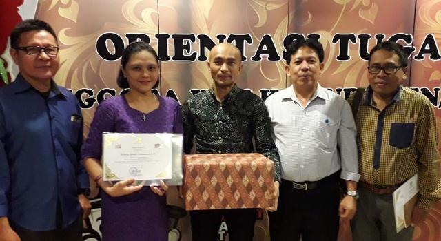 Komisioner KPU Minut menerima penghargaan dari KPU RI.