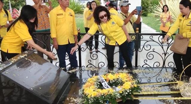 Ivonne Andries melakukan tabur bunga di atas makam AJ Sondakh