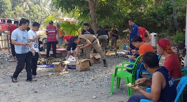 Tim Relawan saat menikmati sarapan di Boalemo, Gorontalo. (Foto:IST)