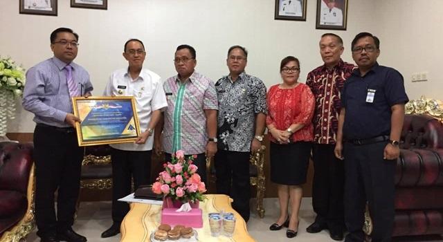 Bupati Royke Roring saat menerima Piagam Penghargaan. (Foto:Humas Minahasa)