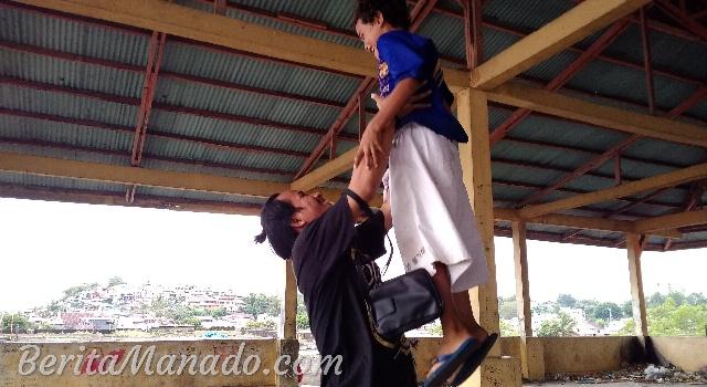 Christo Paendong saat berinteraksi dengan salah satu anak di Pasar Bersehati
