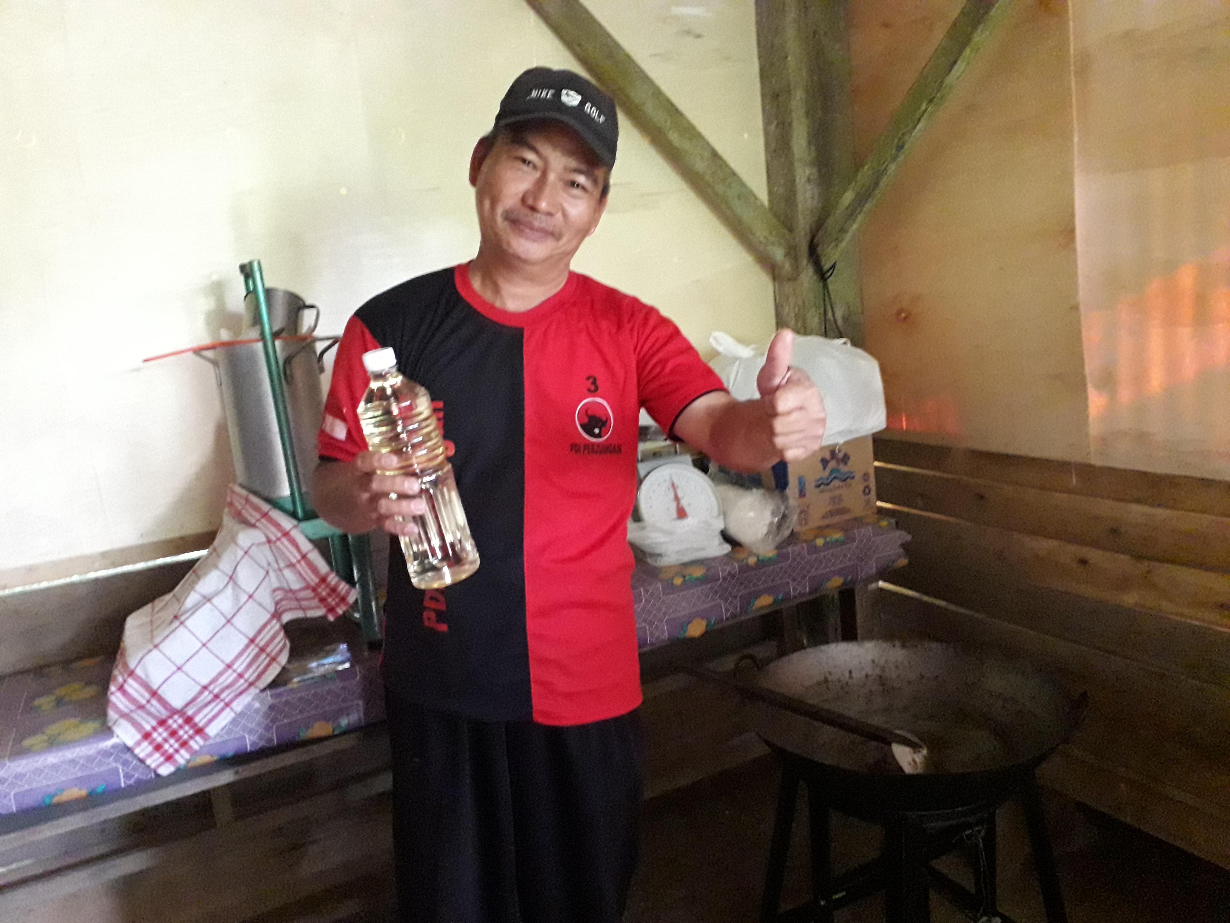 Om Yori menunjukkan minyak kelapa murni hasil olahannya