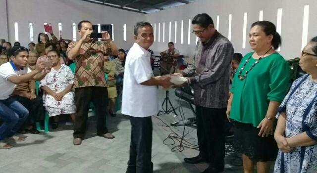 Wabup Helmud Hontong saat Menyerahkan Bantuan