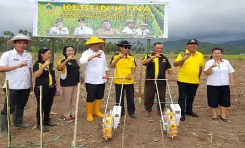 Bupati Tetty Paruntu Serahkan Bantuan Alat Tanam Jagung di Tenga